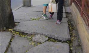 Calçada destruída, na região metropolitana de Sant
