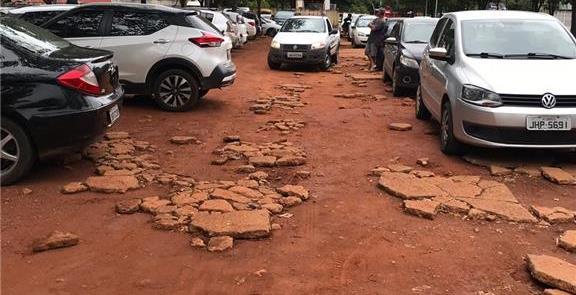 Calçada destruída por carros em Brasília: exemplo