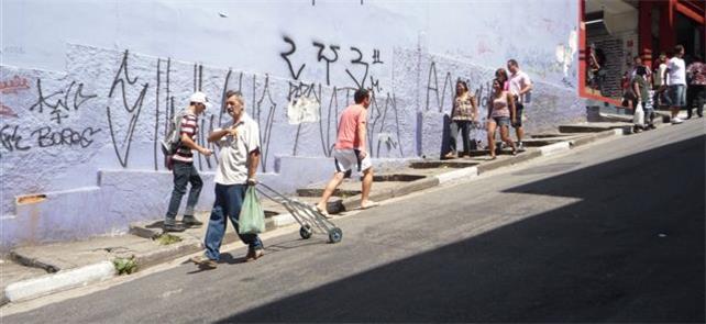 Calçada na região da 25 de Março: desafio para o p