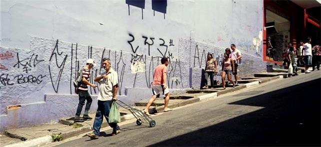 Calçada na região da rua 25 de março, em São Paulo