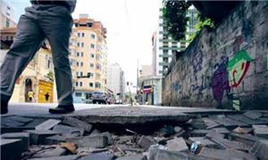 Calçada quebrada e irregular