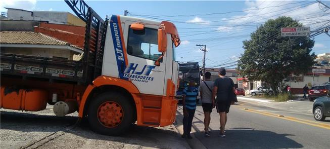 Caminhão barra a passagem de pedestres. Tudo norm