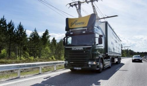 Caminhão conecta-se às linhas de eletricidade sobr