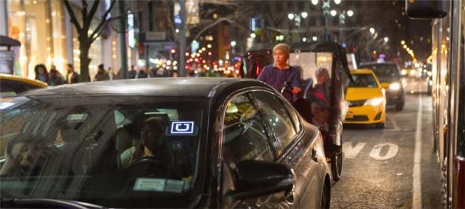Carro da Uber em meio a congestionamento na cidade