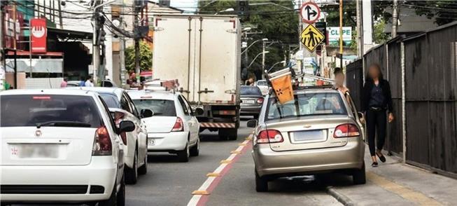 Carro estacionado sobre ciclovia e calçada em Salv