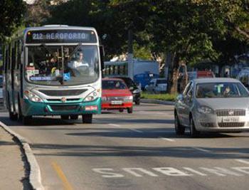 Carros e ônibus no foco do plano