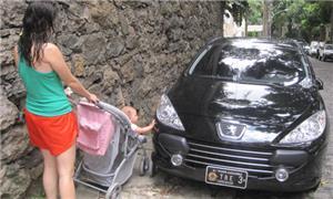 Carros estacionados em calçadas incomodam pedestre