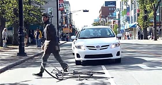 Carros invadem ciclovias. E não é só aqui no Brasi