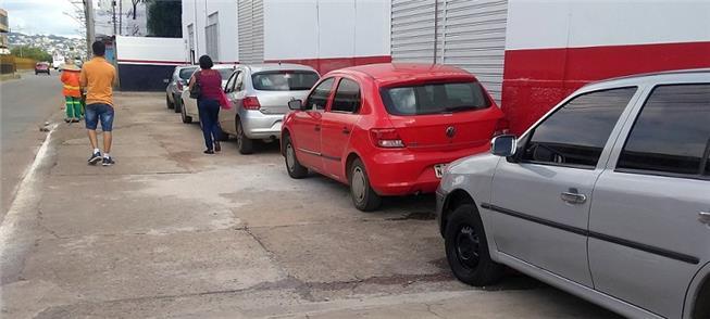 Carros parados na calçada, infração comum em Goiân