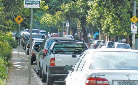 Carros parados tiram espaço de uso da população de