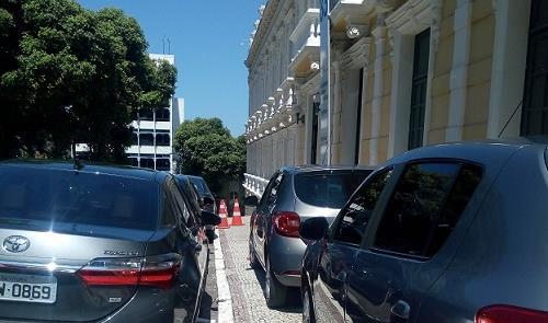 Carros sobre a calçada no Palácio Anchieta, sede d