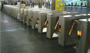 Catracas em estação de metrô de São Paulo
