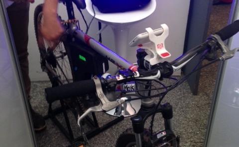 Celular acoplado à bike manda sinais ao aplicativo