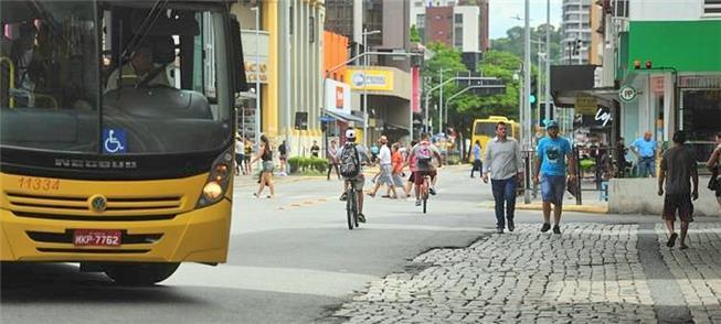Centro de Joinville: pedestres e ciclistas disputa