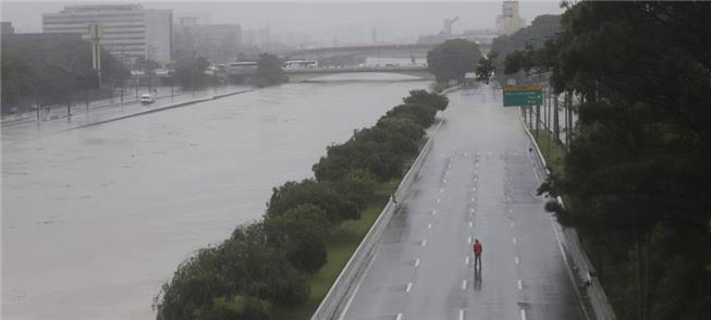 Cheia invade Marginais do rio Tietê, em São Paulo