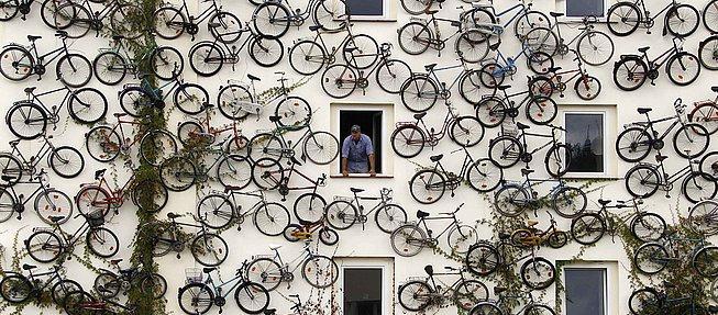 Christian pendurou bicicletas em toda a fachada  d