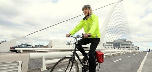 Ciclista cruza a ponte Samuel Beckett, em Dublin