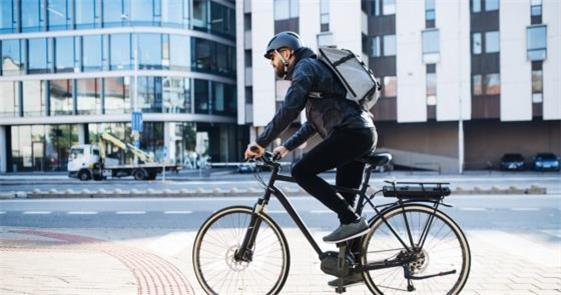 Ciclista em Estocolmo: solução de mobilidade