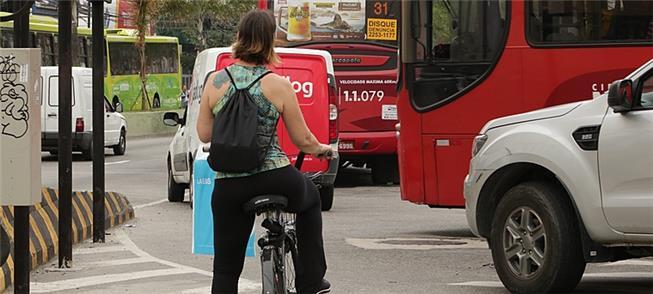 Ciclista enfrenta tráfego em Niterói (RJ)