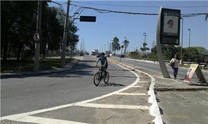 Ciclista na difícil travessia da ponte da Vila Gui