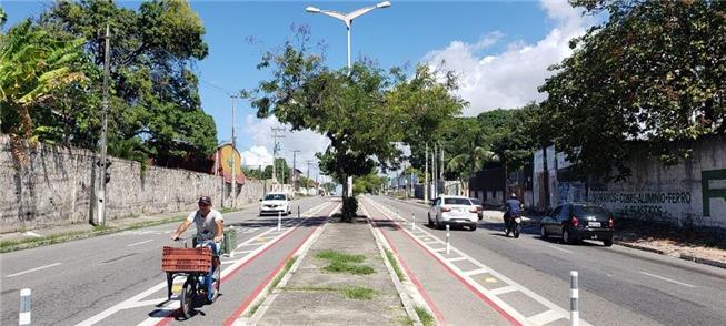 Ciclista na faixa da Av. Coronel Carvalho, Bairro