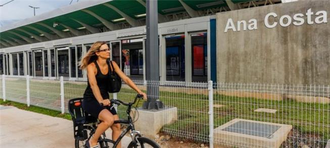 Ciclista pedala ao lado de parada do VLT da Baixad