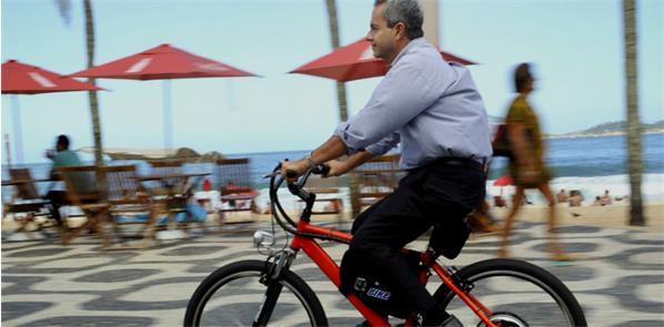 Ciclista pedala e-bike no Rio de Janeiro
