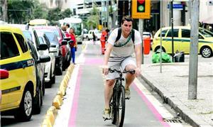 Ciclista pedala na ciclovia da Av. Graça Aranha, n