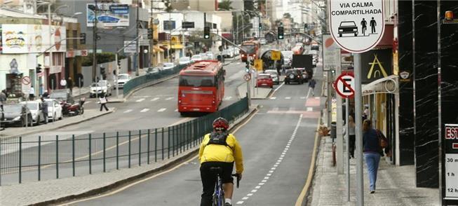 Ciclista pedala na