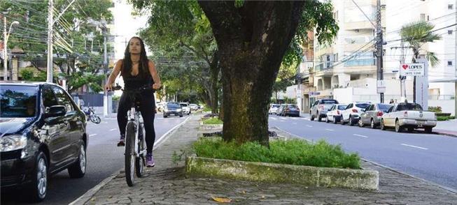 Ciclista pedala no canteiro central da av. Rio Bra