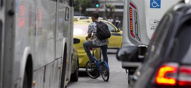 Ciclista se arrisca no trânsito da Primeiro de Mar
