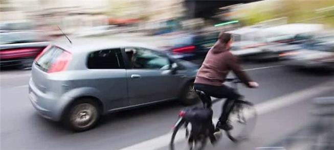 Ciclista tem inclusive preferência na via sobre os