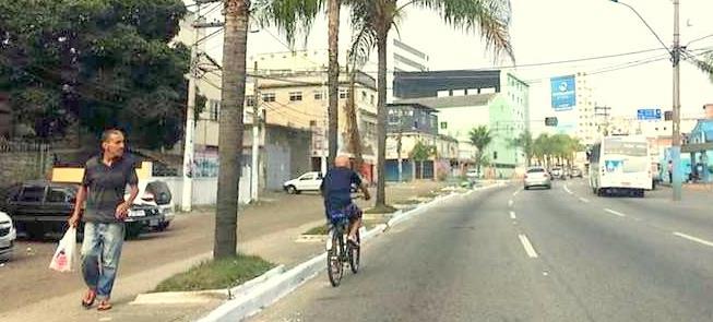 Ciclista trafega em São Gonçalo