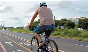 Ciclista utiliza ciclofaixa na avenida Tancredo Ne