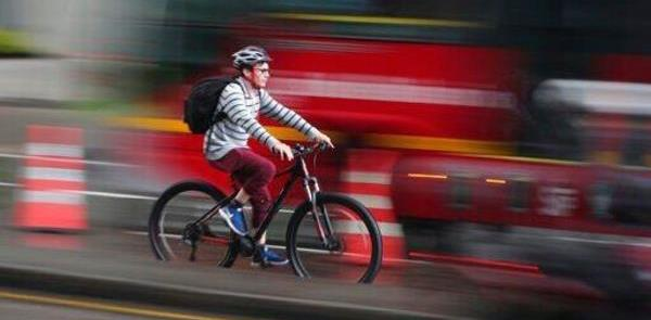 Ciclista utiliza ciclofaixa provisória em Bogotá
