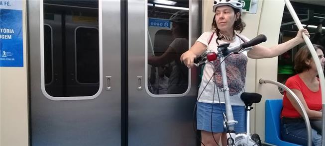 Ciclista viaja com sua bicicleta em trem do Metrô