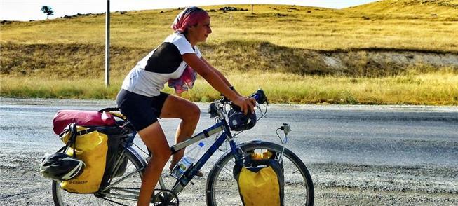 Ciclista viaja no Kazaquistão