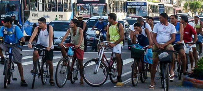 Ciclistas aguardam abertura de semáforo em Belém