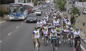 Ciclistas de Manaus realizam ação para motoristas