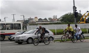 Ciclistas e carros