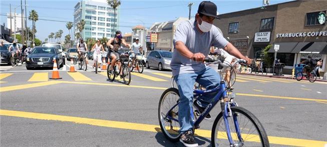 Ciclistas em avenida de Los Angeles, EUA