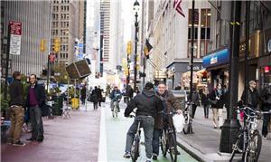 Ciclistas em faixa exclusiva no Brooklin; em Nova