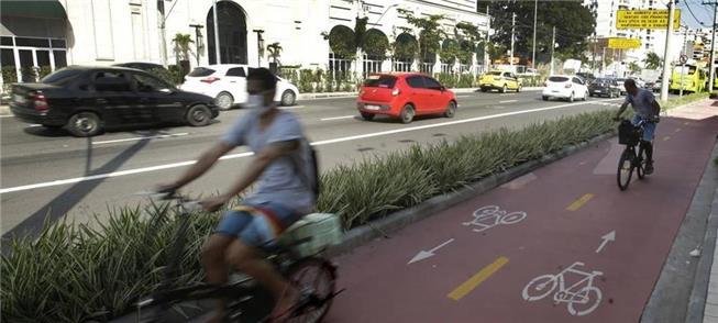 Ciclistas em Niterói (RJ): para evitar contaminaçã