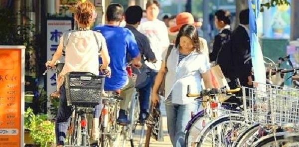 Ciclistas na calçada, em Tóquio, Japão