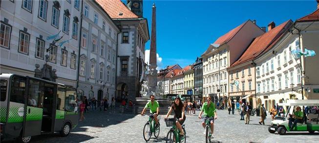 Ciclistas no centro histórico da capital eslovena