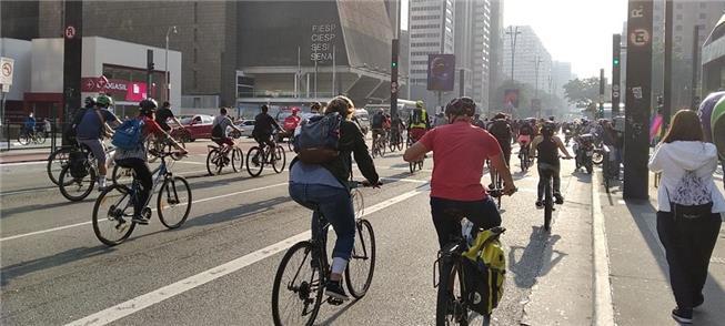 Ciclistas ocupam a av. Paulista (SP) em ato de pro