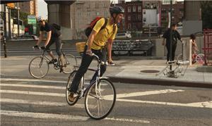 Ciclistas passam por Williamsburg, no Brooklyn, No