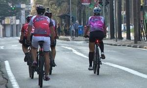 Ciclistas pedalam em avenida do Centro de Campinas