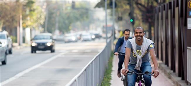 iclistas pedalam por ciclovia na Avenida Luís Carl