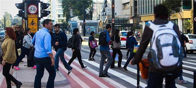 Ciclistas, pedestres e motoristas compartilham via